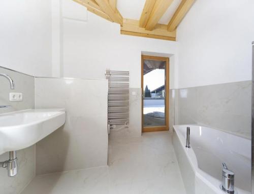Modernes Bad mit schönen Badfliesen